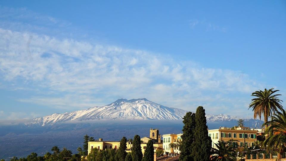 Catania e, sullo sfondo, l'Etna