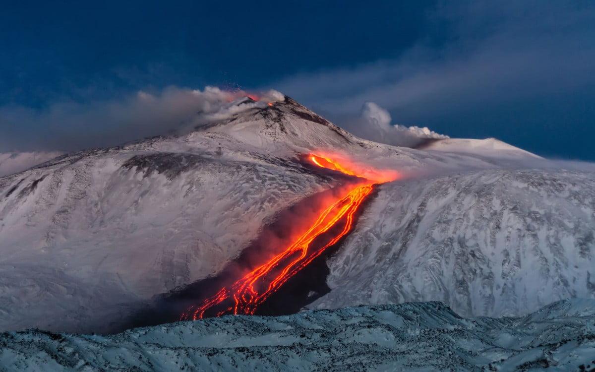 Etna innevato e lava